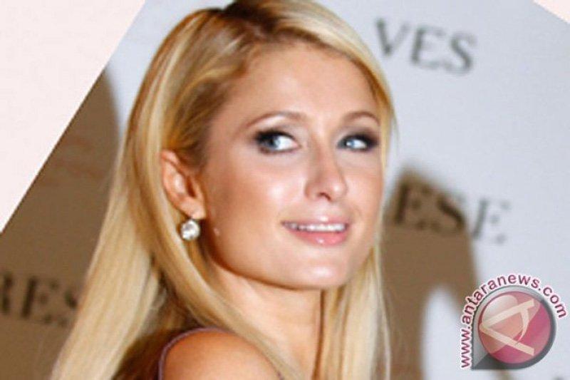 Syahrini dapat ucapan selamat dari Paris Hilton