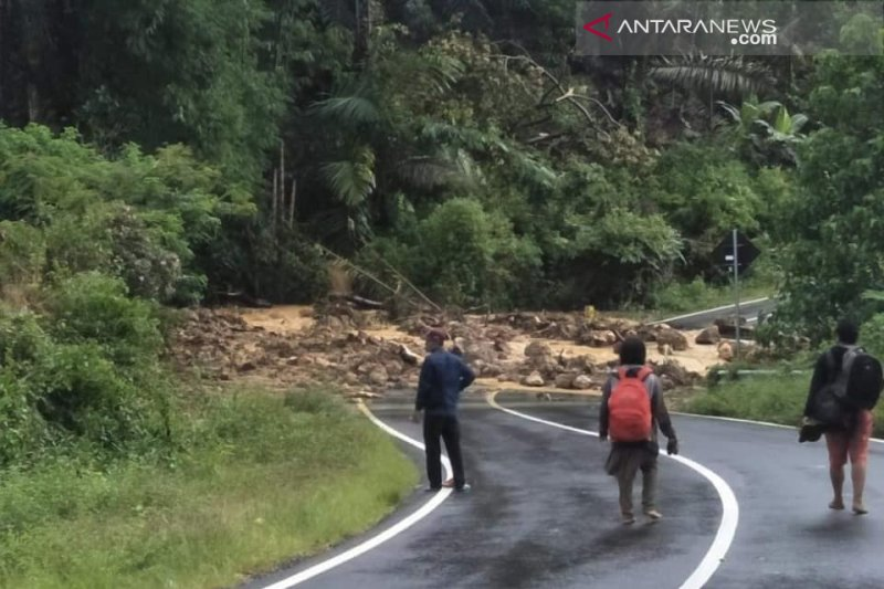 Ratusan penduduk tertimbun longsor di Flores Timur
