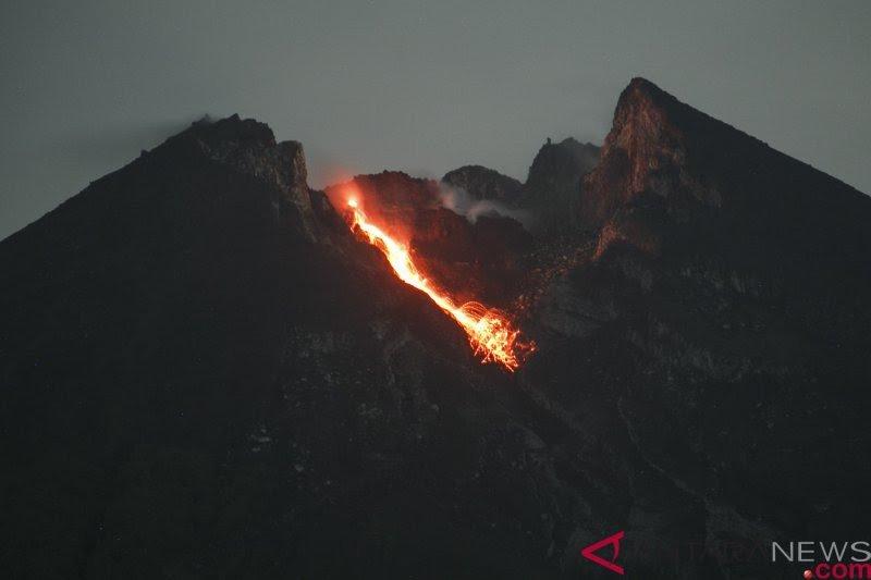 Gunung Merapi luncurkan dua guguran lava pijar