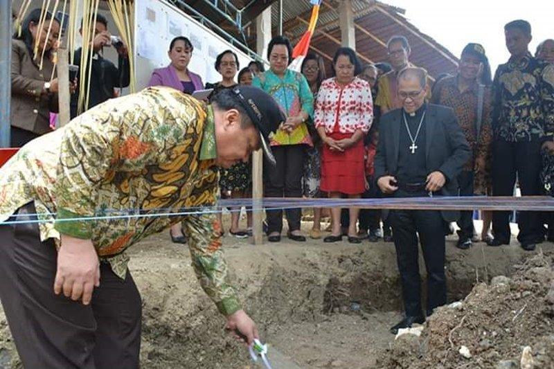Gereja Pouk Kolonodale mulai dibangun, Bupati Morut salurkan bantuan