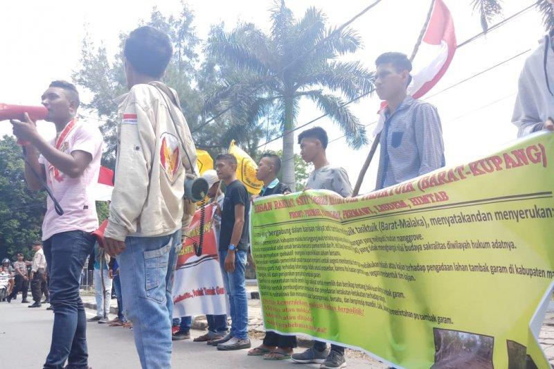 Karena korbankan hutan bakau, warga protes pembangunan tambak garam di Malaka