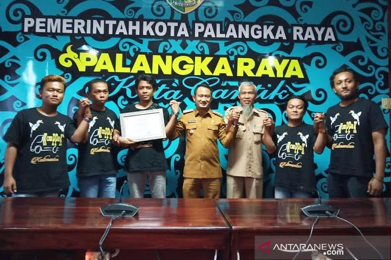 Komunitas Pikap Kalimantan tambal jalan berlubang, ini respon Wali Kota