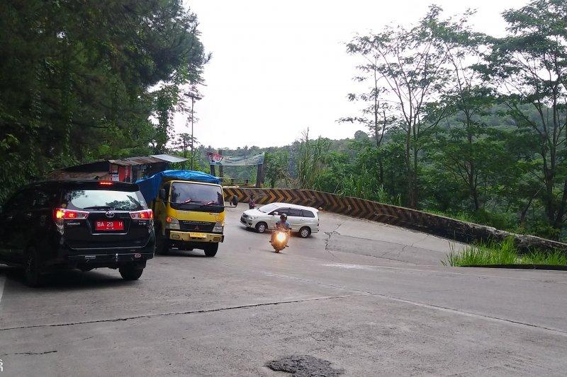 Menantang Maut di Jalan Nasional Sitinjau Laut