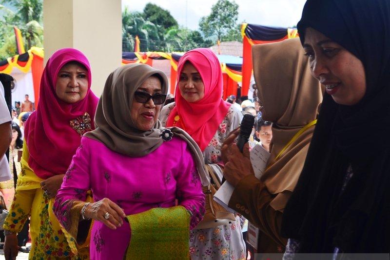 Kunjungi Rumah Tenun, Mufidah mendorong tenun asli Sumbar dilestarikan