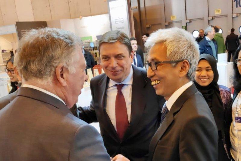 Pakaian Gatot Kaca membuat Resepsi Diplomatik Madrid jadi berwarna