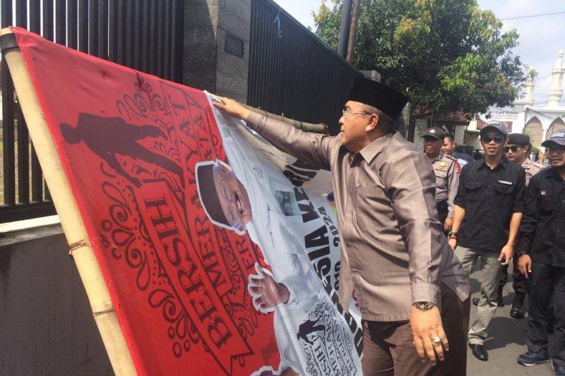Wali Kota Tasikmalaya bantu bongkar alat peraga kampanye