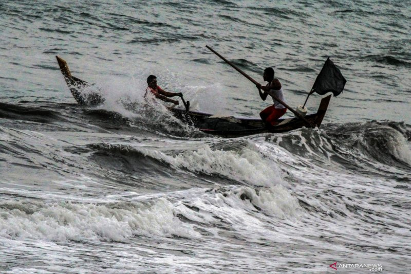 Basarnas selamatkan 15 awak kapal nelayan yang diterpa gelombang tinggi