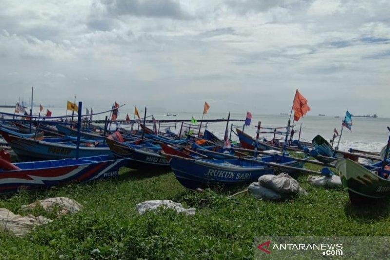 Gelombang tinggi, sebagian nelayan Cilacap nekat melaut