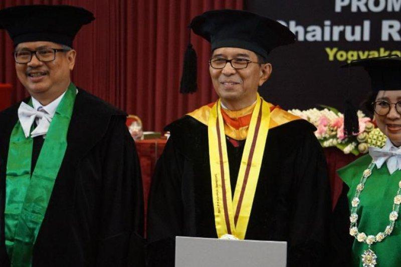 Ketua Dewan Pengawas BPJS Kesehatan meraih doktor di UGM