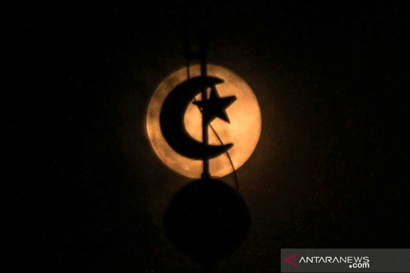 Bulan purnama pink terbesar akan terlihat pukul 01.08 WIB, kata BMKG