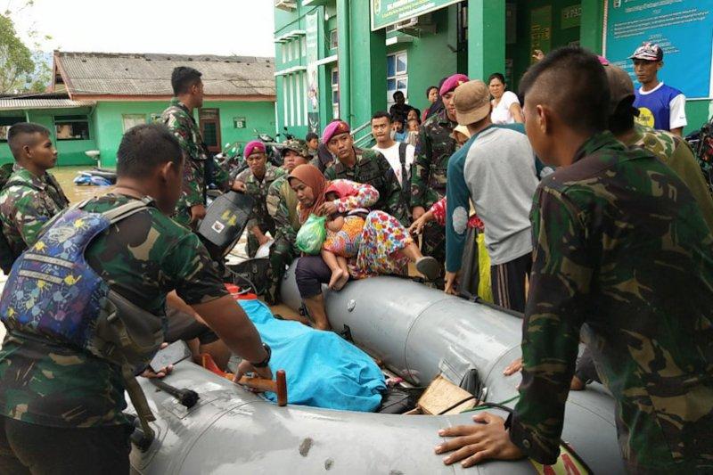 Marinir Evakuasi Korban Banjir di Empat Desa