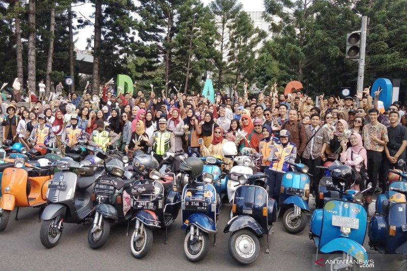 Peringati Hari Kartini, puluhan perempuan berkebaya naik vespa