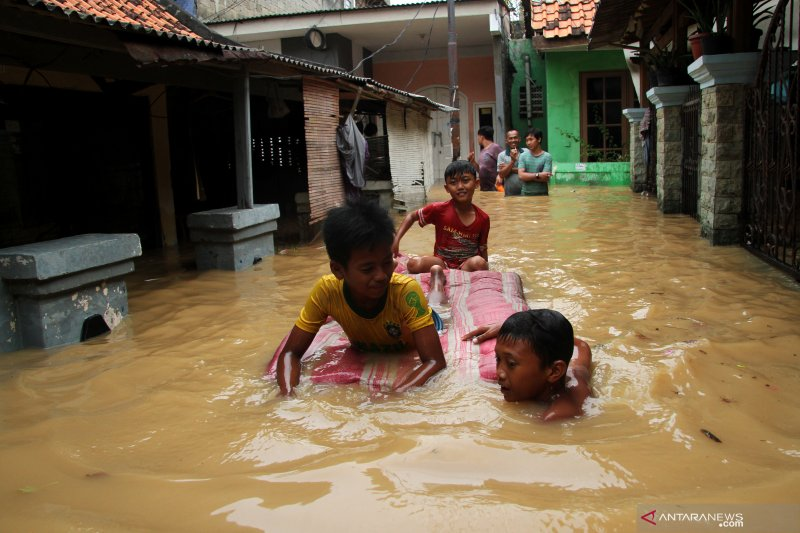 Gara-gara banjir Ciliwung sebanyak 2.942 jiwa harus mengungsi
