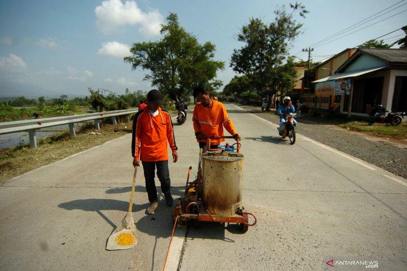 Rambu-rambu lalu lintas di trans Kalimantan perlu diperbanyak
