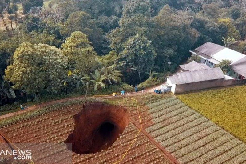 Lubang raksasa muncul  di Kadudampit Sukabumi