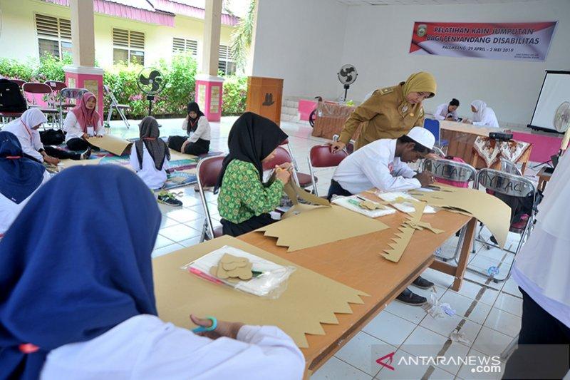 Siswa dan guru SLB belajar keterampilan kain jumputan Palembang