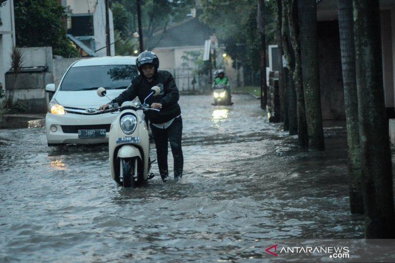BMKG ingatkan potensi hujan lebat disertai angin di Lampung