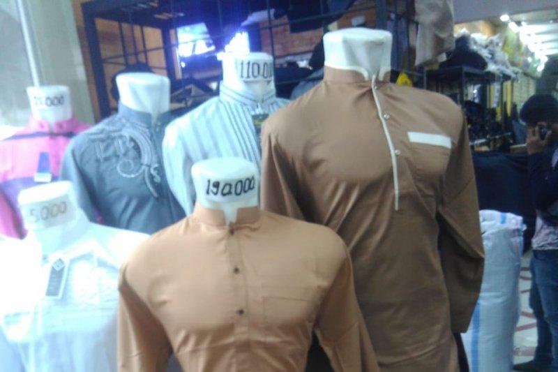 Pembeli di Tanahabang buru baju Kurta