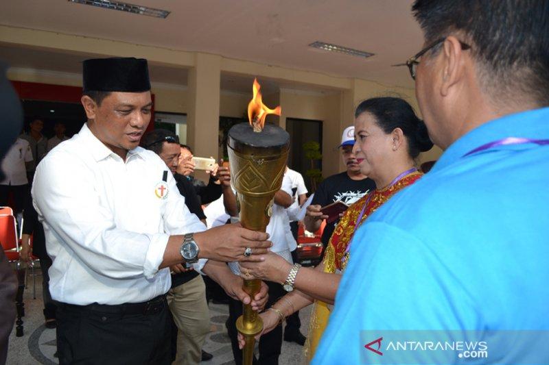 Sekprov Hidayat terima Obor Paskah Nasional, Pdt.Supit: membawa keberuntungan tersendiri