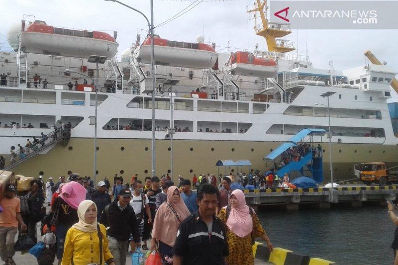 Ribuan Penumpang Pelni Di Pelabuhan Baubau Antara News Makassar