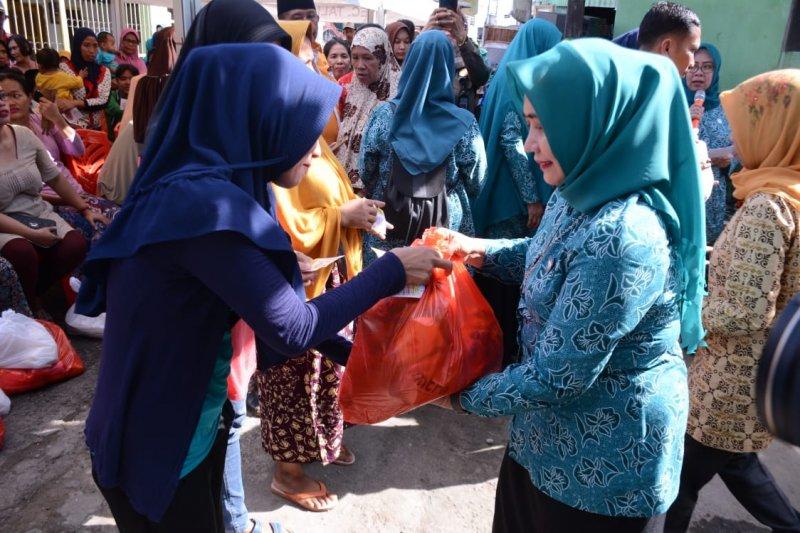 Pjs Ketua PKK Kota Makassar  ikut bagikan sembako gratis