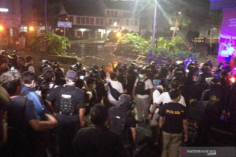 Massa lemparkan bom molotov ke arah polisi