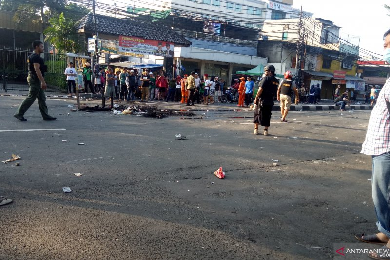 Massa masih berkerumun di sekitar RS Pelni Jakarta