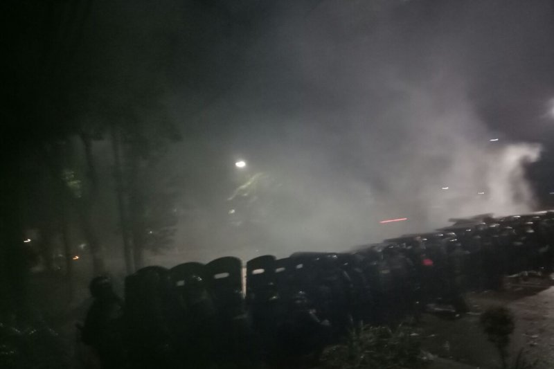 """Massa serang aparat dengan petasan sambil nyanyikan """"Indonesia Raya"""""""