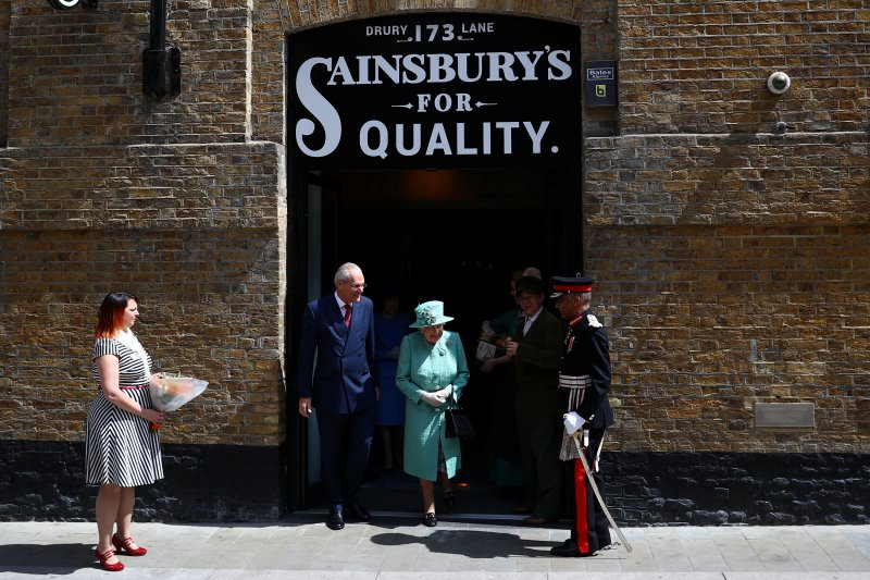 Peringati berdirinya supermarket, Ratu Elizabeth mampir ke toko