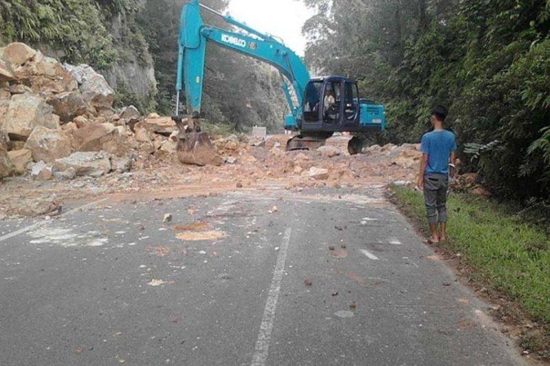 Longsoran yang tutupi jalan lintas Lampung Barat-OKU Sumsel dibersihkan