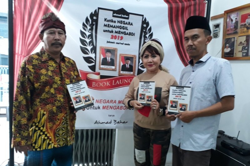 """Buku """"Ketika Negara Memanggil Untuk Mengabdi 2019, Jokowi-Maruf Amin""""  laris terjual"""