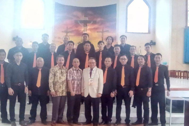 Male Choir Toumuung Catholica Chorus Meriahkan Misa Penutupan HUT-30 KBK