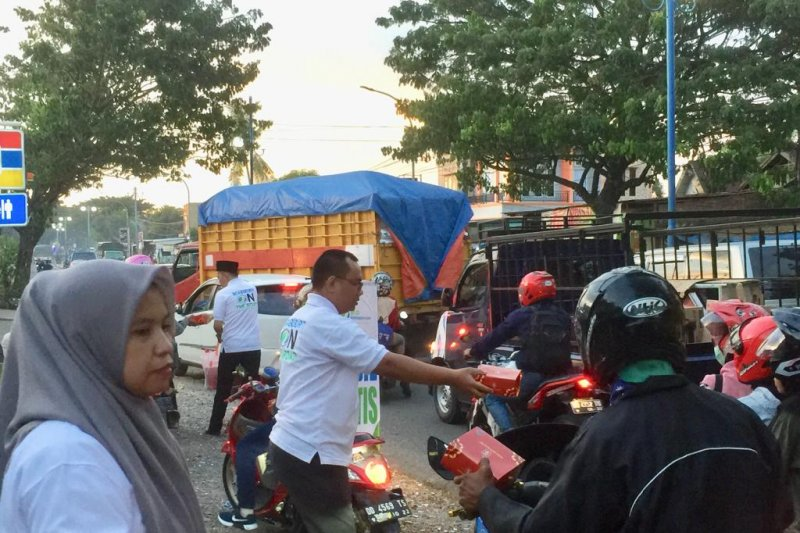 Bpjs Ketenagakerjaan Maros Bagi Takjil Kepada Pengguna Jalan Antara News