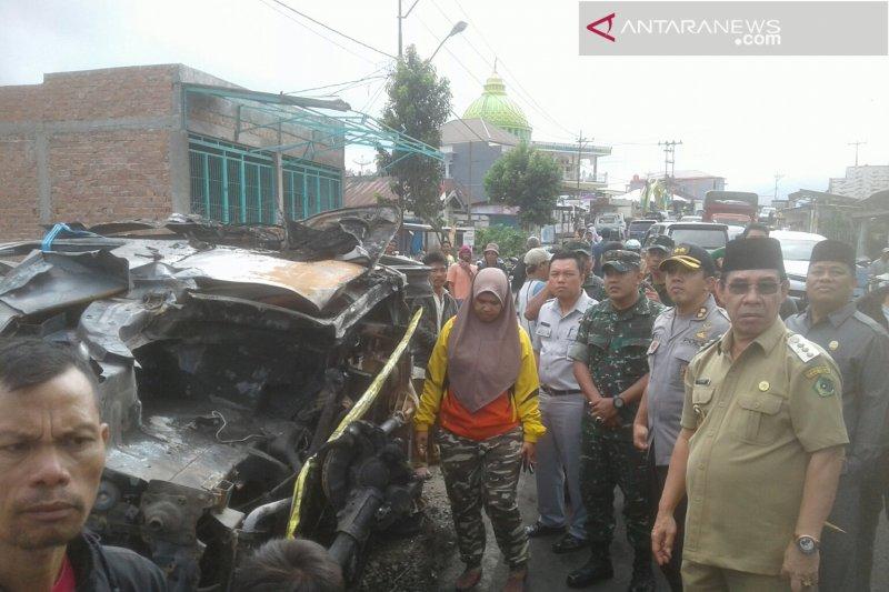 Grand Max tabrak truk sedang evakuasi kecelakaan, 2 meninggal