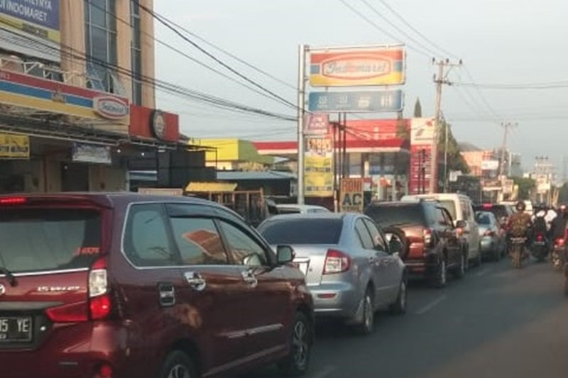 Antrean di SPBU akibatkan kemacetan