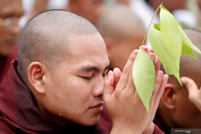 Pendukung biksu garis keras Myanmar protes surat penangkapan