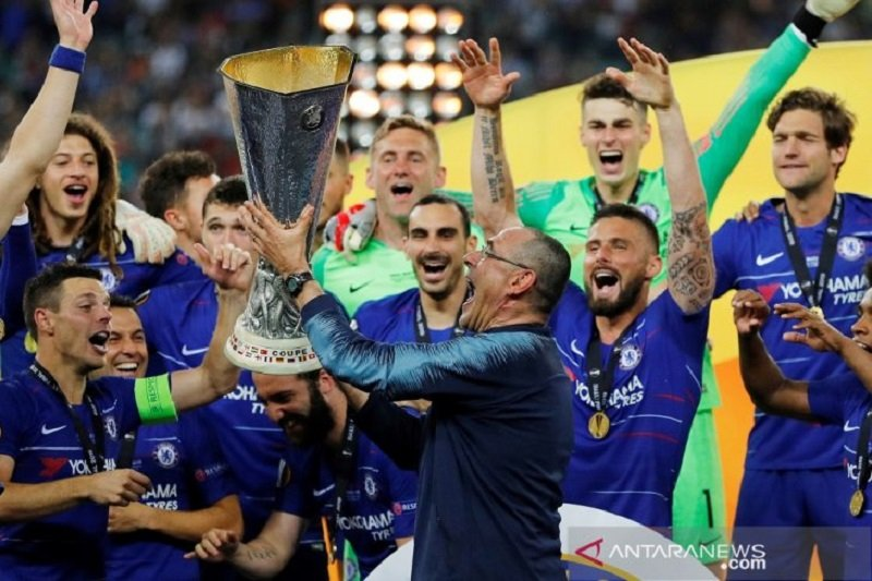 Sarri berhasil persembahkan trofi perdana untuk Chelsea