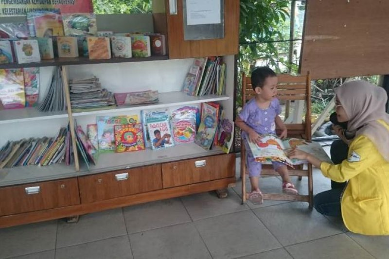 Mahasiswa Vokasi UI sediakan perpustakaan mini dan taman bermain di Depok