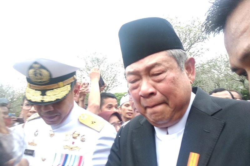 SBY tak kuasa menahan tangis saat disalami pelayat
