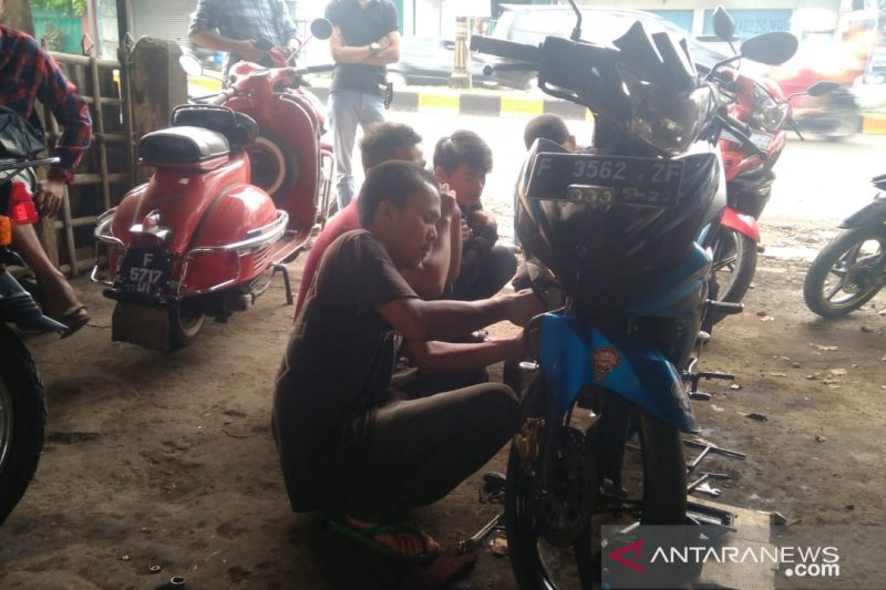 Bengkel kebanjiran order perawatan sepeda motor pemudik