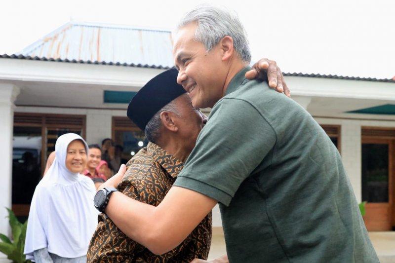 Gubernur Jateng kunjungi rumah guru SD-nya