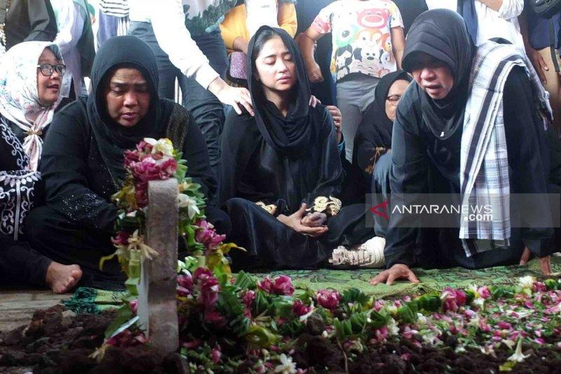 Ayah Dewi Perssik dimakamkan di Jember Senin ini