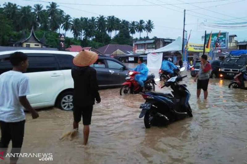 Satu warga meninggal dua luka-luka akibat banjir dan longsor di Padang Pariaman