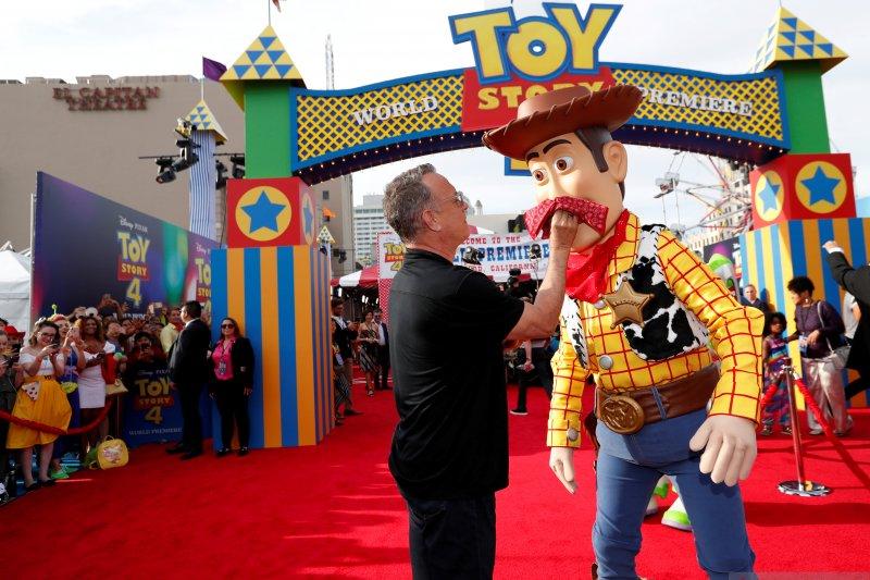 Tom Hanks sabet penghargaan seumur hidup Golden Globe 2020