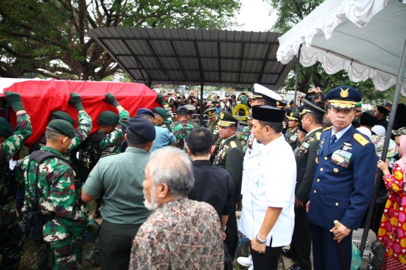 Pj Wali Kota Makassar antar jenazah mantan KSAD ke pemakaman