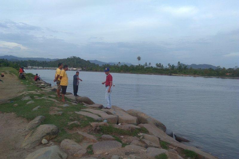 Batu pengaman amblas, Nelayan: hentikan penambangan pasir di Muara Surantih