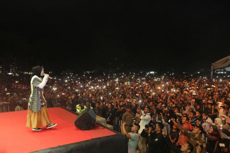 Nissa Sabyan hipnotis warga yang memadati lapangan di Banda Aceh