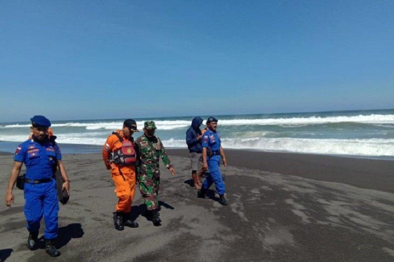 Lima wisatawan terseret ombak Pantai Baru, Yogyakarta dua orang masih pencarian