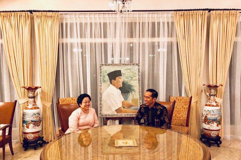 Presiden Jokowi mendapat ucapan selamat ulang tahun dari Megawati dan PDIP