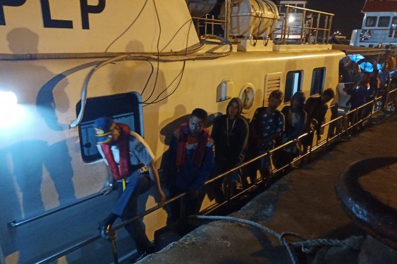 Kapal Patroli KSOP Gresik mengevakuasi 16 ABK KM Tirta Amarta